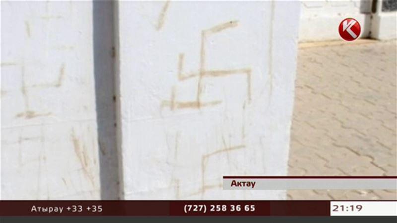 Памятник в Актау разрисовали фашистcкой свастикой