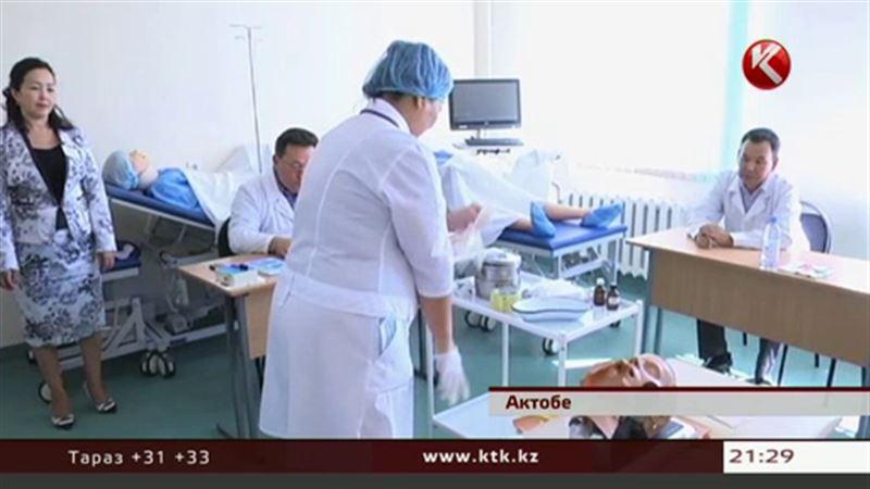 Актюбинским врачам, чтобы лечить людей, надо сначала исцелить кукол