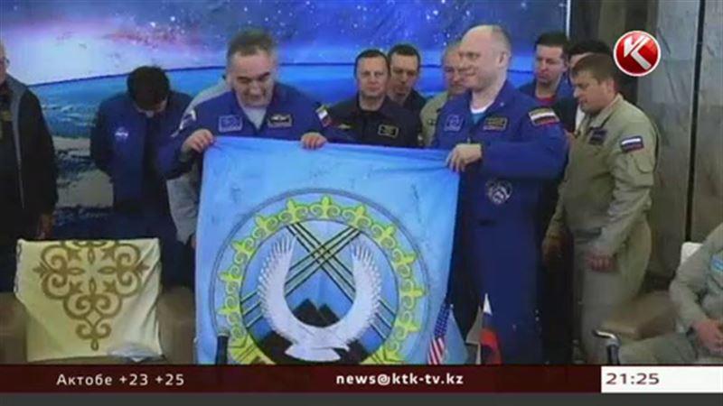 Космонавтов, вернувшихся с орбиты, накормили арбузом