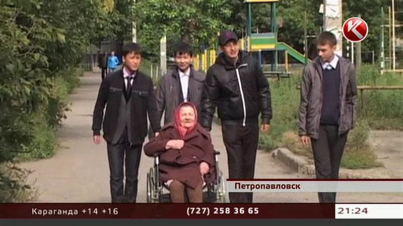 Школьники помогли старушке, которая 10 лет не была на улице