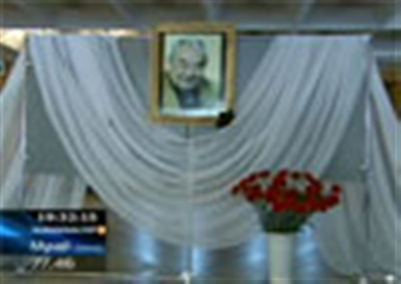 В Алматы хоронили легендарного казахстанского режиссера Азербайжана Мамбетова