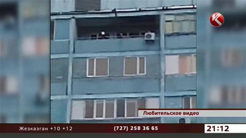 В Актау новая мода – выбрасывать вещи с балконов