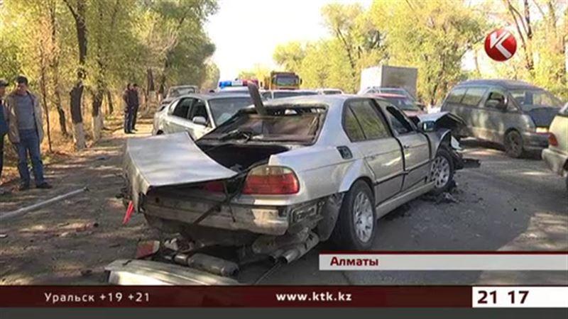 В Алматинской области на трассе столкнулись три автомобиля