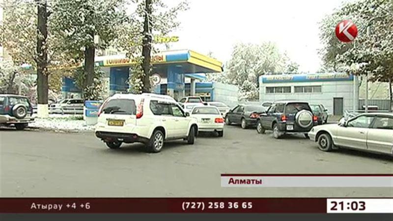 Бензин исчезает: на заправках снова очереди