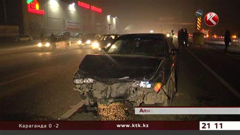 В Алматы водители засмотрелись на аварию и остались без авто