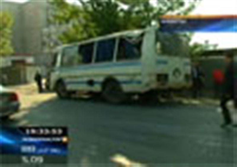 Алматыда екі жолаушы автобусы соқтығысып, 6 адам жараланды