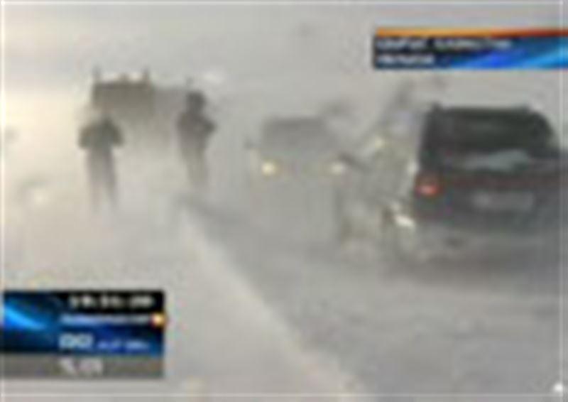 Шығыс Қазақстан: боранда жолда қалған 130 автокөлік қардың құрсауынан шығарылды