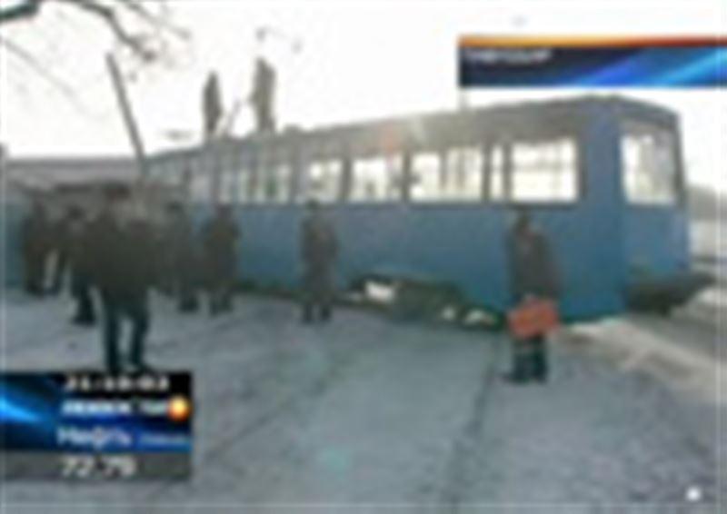 Раненых нет, но водителя пришлось долго приводить в чувство. В Павлодаре сошедший с рельсов трамвай едва не протаранил частный дом
