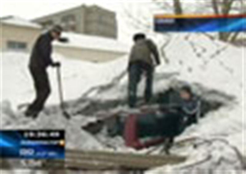 Семей: автотұрақ шатыры құлап, 20-ға жуық көлік күл-талқан болды