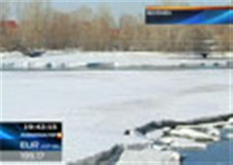 Өскемен: Ертіс өзеніндегі көшпе мұзда қалған төрт жасөспірім құтқарылды