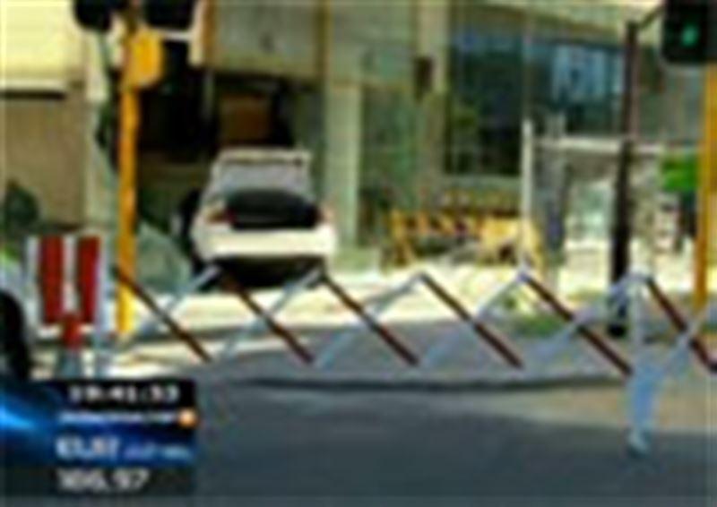 Австралия: Перт қаласындағы жол апатында автобус жақын маңдағы дәмхананың ішіне кіріп кетті