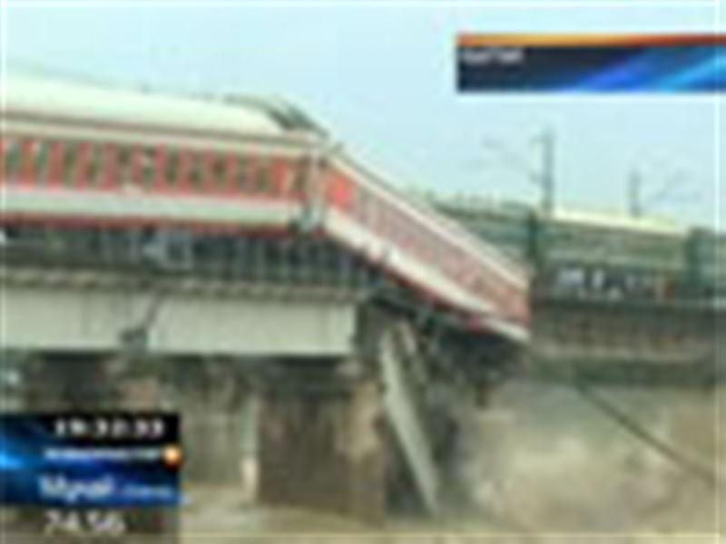 Қытайда жолаушылар пойызы өзенге құлады