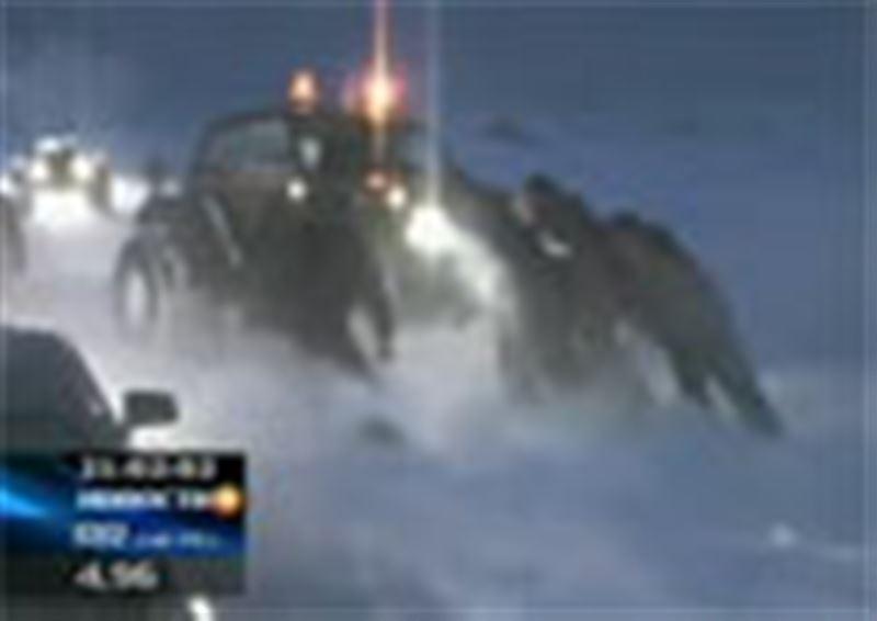 Стихия снова заставила спасателей выехать на безлюдные трассы. По всей стране из снежного плена вызволяют людей