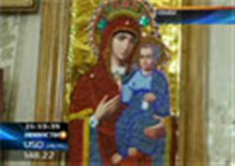 Жительница Семея на Рождество украсила квартиру самодельными иконами
