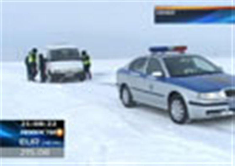 Спасатели пришли на выручку врачам. На трассе Семей - Алматы два автомобиля скорой помощи оказались в кювете