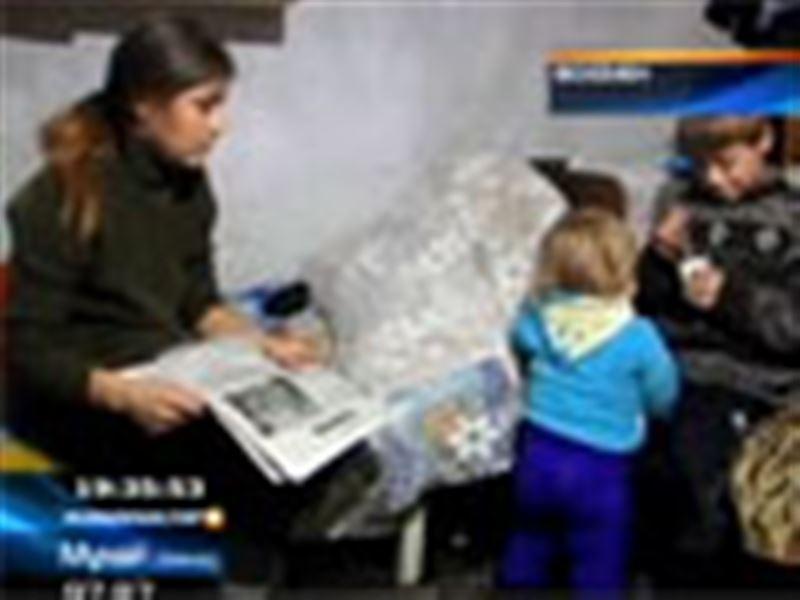 Қорада тұрып жатқан жалғызбасты ана балаларын жылыту үшін көрпе-жастықты өртеген