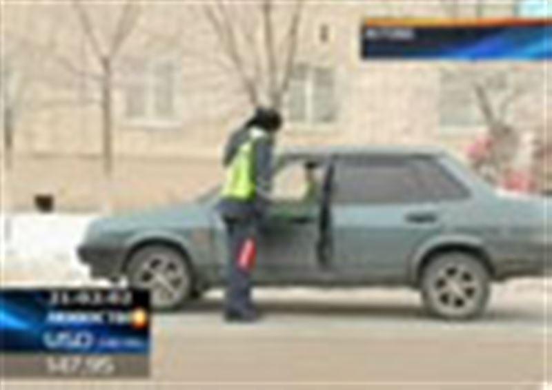 В Актобе водитель сбил дорожного полицейского