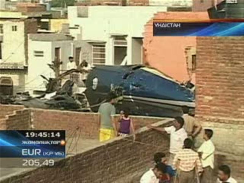 Үндістанда ұшақ тұрғын үйге құлап, 10 адам мерт болды