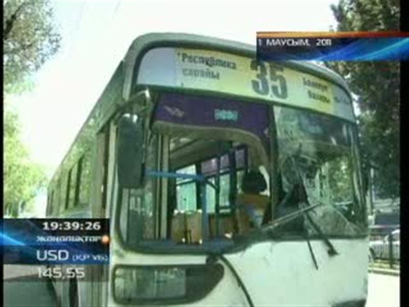 №35 автобус жүргізушісі қамауға алынды; полиция қызметкері әлі ес-түссіз жатыр