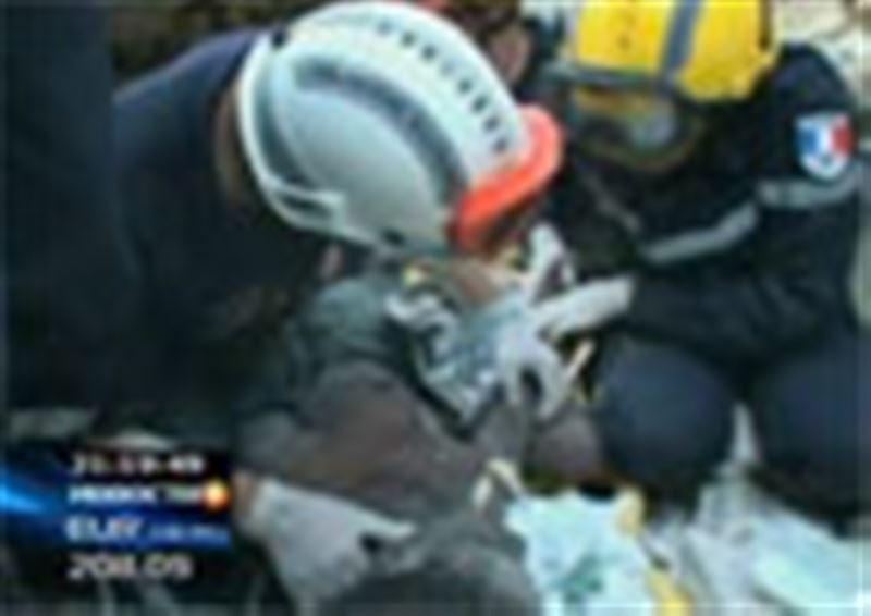 В Порт-о-Пренсе из-под развалин спасатели достали 16-летнюю девушку