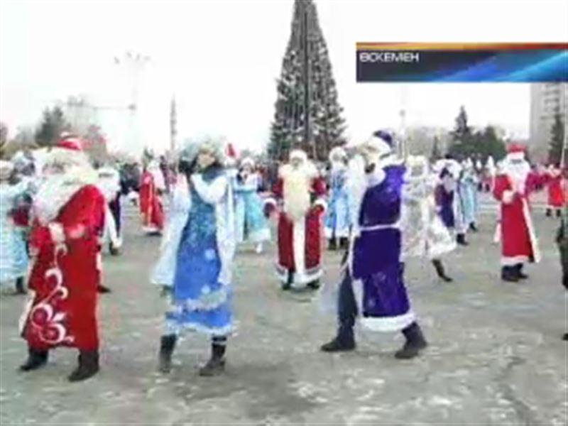 Жаңа жыл кейіпкерлері екі шақырым жол жүріп, керемет шоу көрсетті