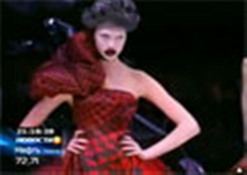 Известный модельер Александр Маккуин покончил жизнь самоубийством. Причиной трагедии считают депрессию, вызванную смертью его матери