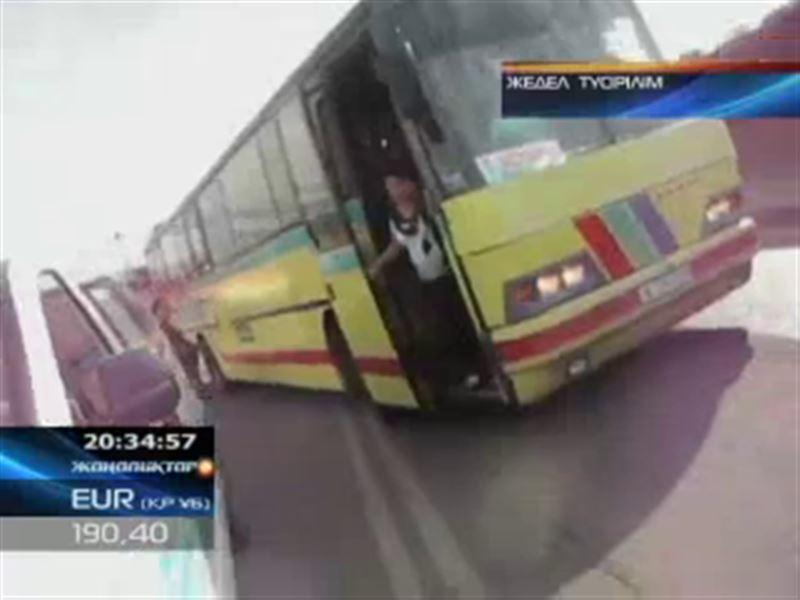Шымкентте автобус жүргізушісі көліктік бақылау инспекторларын басып кете жаздады
