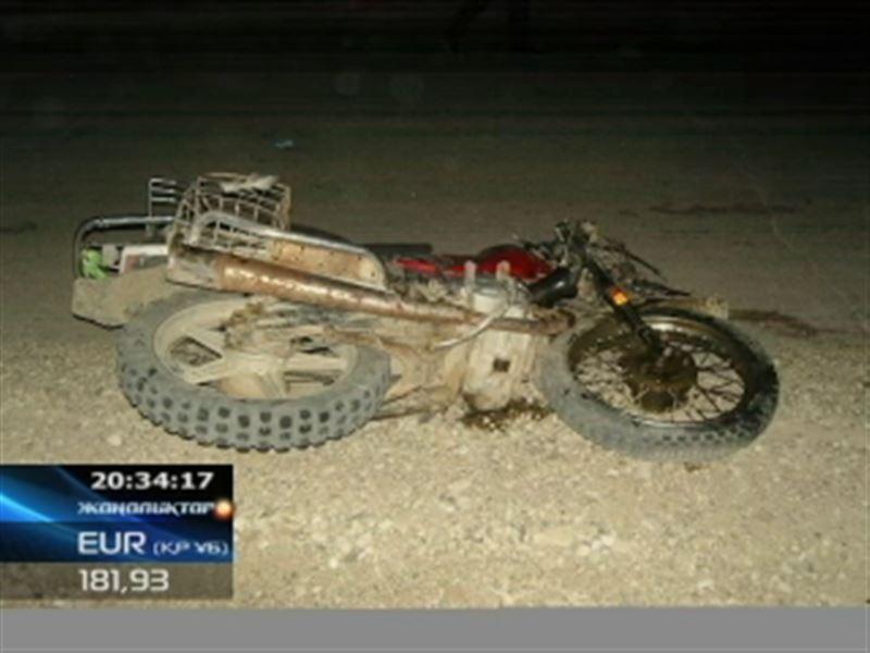 2 жасар ұлын алдына отырғызып, мас күйінде мотоцикл айдаған жігіт жеңіл көлікке бетпе-бет соғылды