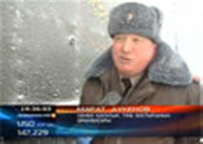 В Восточном Казахстане продолжает бушевать стихия. Почти двое суток на семейских трассах спасали людей