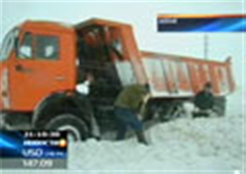 Сильнейший снегопад и бураны заблокировали трассы в Алматинской области