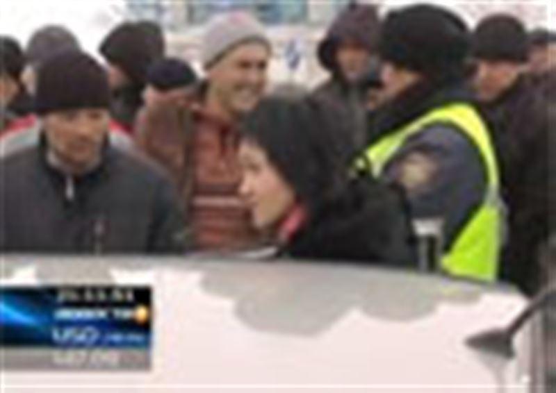 Водители и пассажиры буквально штурмовали пропускные пункты на выездах из Караганды