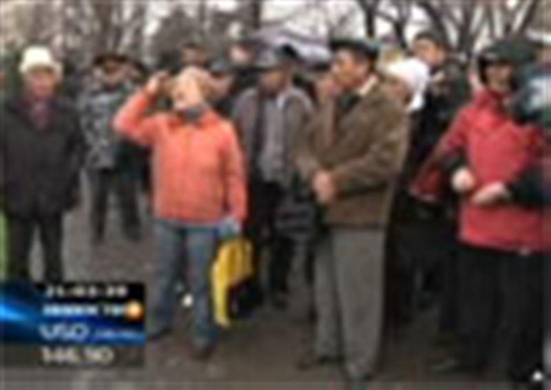 Кыргызстан погрузился в хаос и анархию. Многие города охвачены волнениями, в столице тысячи митингующих берут штурмом правительственные здания, есть убитые и раненые