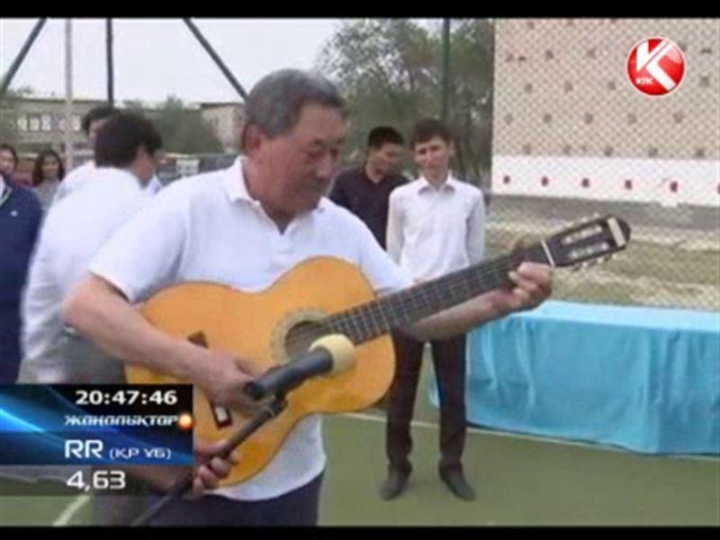 Гитара шертіп жарытпайтын облыс әкімі ғаламтордың «жұлдызына» айналды