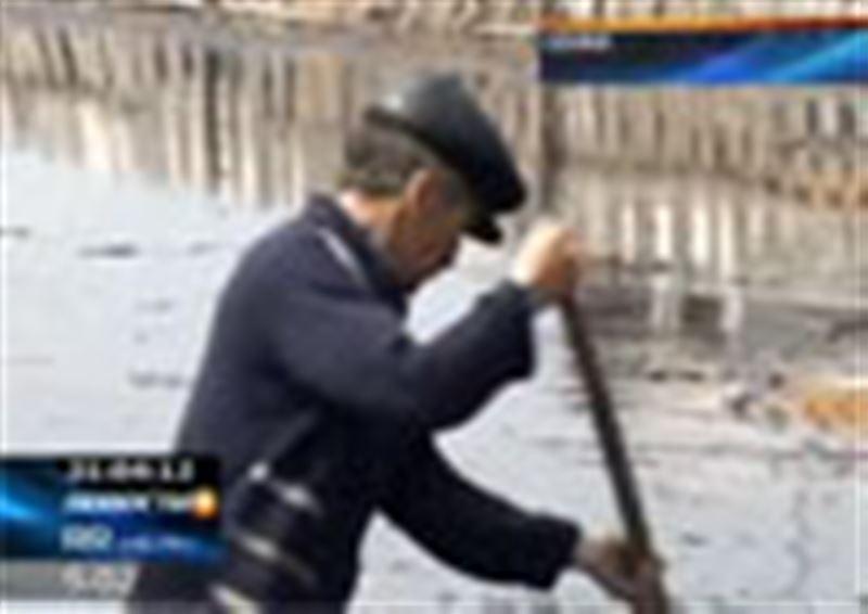 Жители поселка Водный в Семее продолжают бороться с наводнением! Талые воды всё время прибывают, люди подсчитывают ущерб