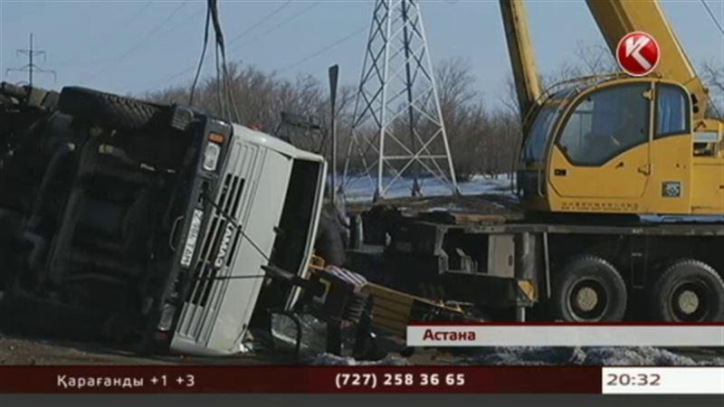 Астанада жолаушыларға лық толы автобус кранмен бетпе-бет соғылды
