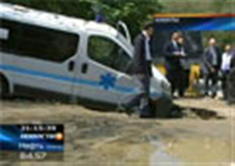 В Алматы в центре города едва не утонула машина скорой помощи
