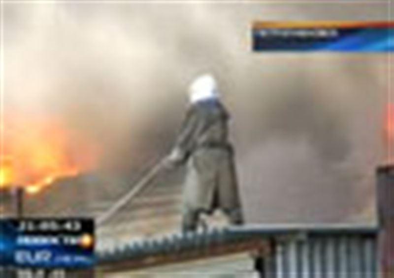 В Петропавловске полностью сгорел склад строительных и дорожных материалов