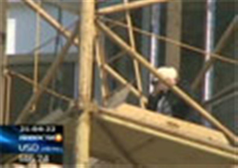 Жительница Шымкента взобралась на строительный кран и заявила, что покончит с собой, если ей не вернут многомиллионный долг