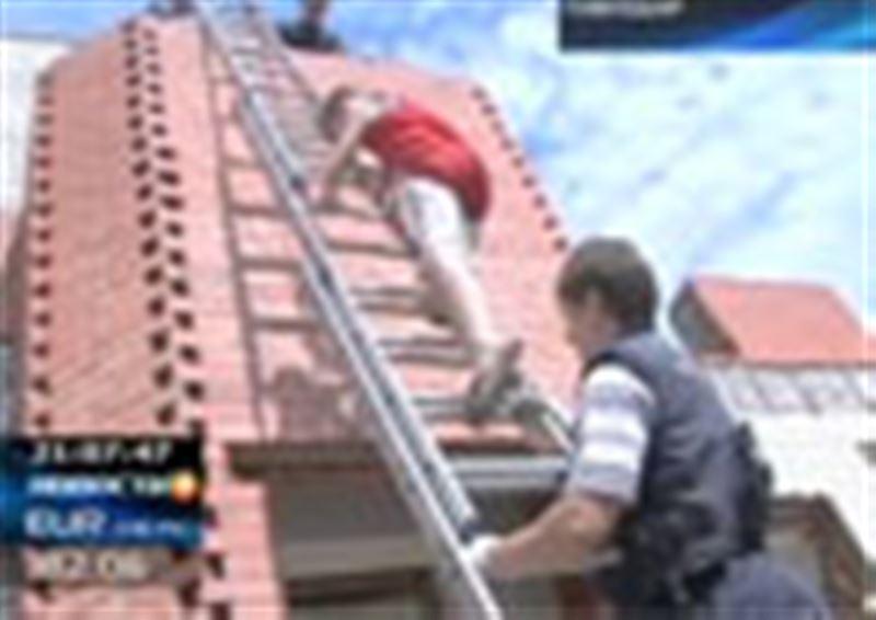 В Павлодаре спасатели снимали с крыши недостроенного здания восьмилетнего ребенка