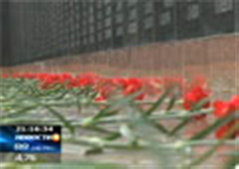 В мемориальном комплексе «АЛЖИР» гранитную доску установило посольство Грузии – в память о соотечественниках, погибших в казахских степях