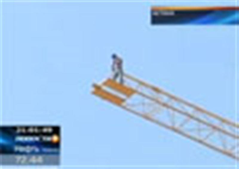 Очередная забастовка на высоте птичьего полета. В столице Казахстана на стрелу строительного крана забрались сразу трое рабочих