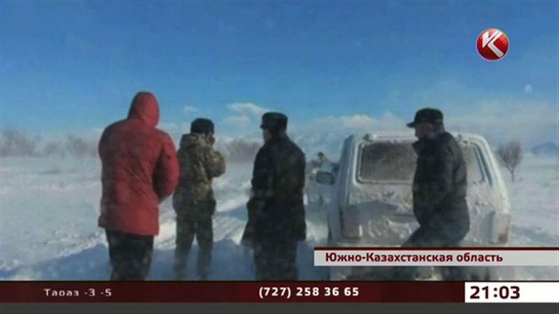 Спасатели ЮКО боролись с гигантскими сугробами