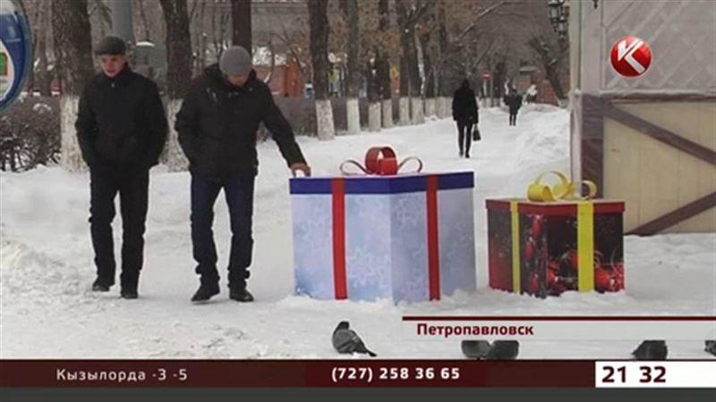 В Петропавловске коммунальщики разбросали новогодние коробки