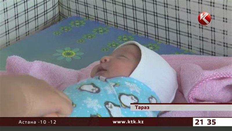 Таразские полицейские нашли мать, бросившую на улице новорождённую дочь