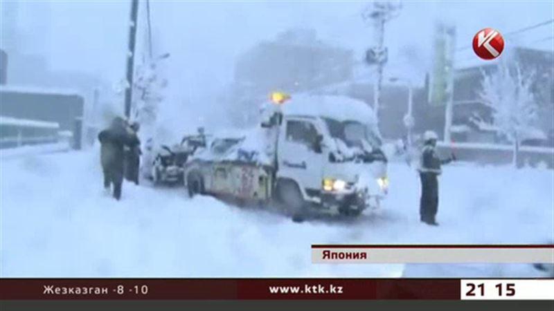 Японию завалило снегом