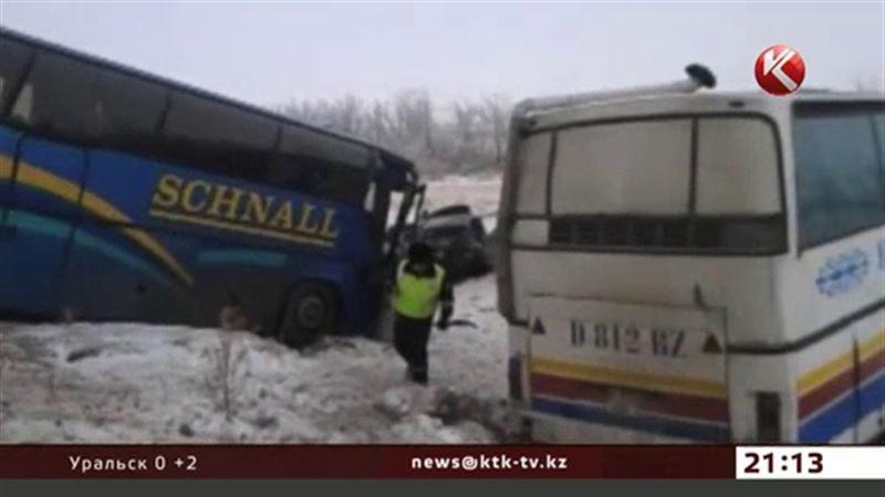 Два автобуса и легковая машина столкнулись близ Актобе