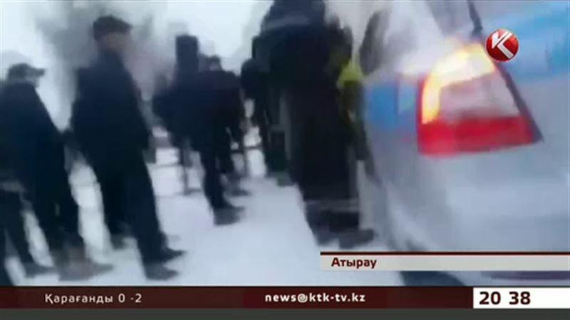 Атырауда полиция қызметтік көлігімен адамдарды басып өлтіре жаздады