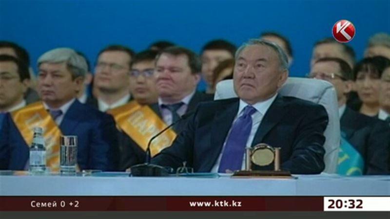 Назарбаев көшеге ілінген суреттерін алып тастауды талап етті