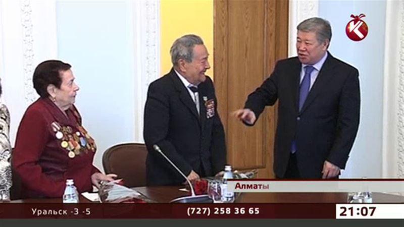 Акимы стали Дедами Морозами, чтобы доставить ветеранам подарки от Президента