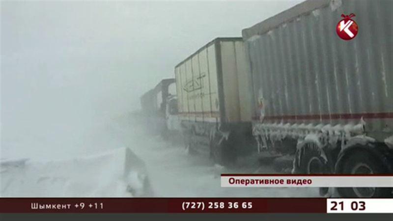 В ВКО в заносы попало около 30 автомобилей и несколько автобусов